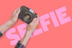 Concept créatif de caméra avec l'abrégé sur étendu plat f les textes images libres de droits