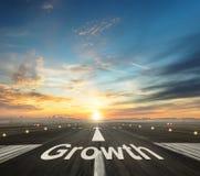 Concept créatif de croissance avec la piste d'aéroport Image libre de droits