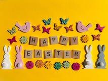 Concept créatif : les mots Joyeuses Pâques dans les lettres en bois de l'alphabet 3d photos libres de droits