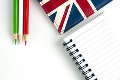 Concept d'école de langues : drapeau italien fait avec des crayons le long des WI image libre de droits