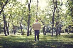 Concept d'écologie de Cardboard Environmental Conservation d'homme d'affaires photographie stock libre de droits