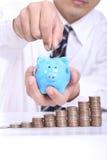 Concept d'économie d'argent avec l'insertion porcine et de pièce de monnaie photos stock