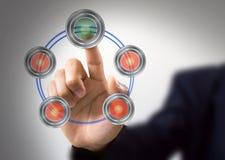 Concept d'écran tactile et bouton poussoir d'homme d'affaires Photographie stock