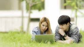 Concept d'éducation, d'école et de personnes - stude gai d'université Photo stock