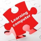 Concept d'éducation : Étude de l'ordinateur sur le fond de puzzle Photographie stock libre de droits