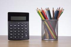 Concept d'éducation avec les crayons et la calculatrice Photo libre de droits