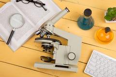 Concept d'éducation et de science - microscope, livre, gla de agrandissement Photos stock
