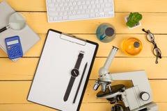 Concept d'éducation et de science - microscope, livre, gla de agrandissement Photographie stock