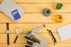 Concept d'éducation et de science - microscope, livre, gla de agrandissement Images stock