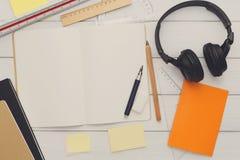 Concept d'éducation et de travail, configuration plate de lieu de travail Photographie stock