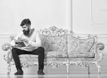 Concept d'éducation d'individu Livre de lecture de type avec l'attention Macho sur le livre de lecture concentré de visage, étudi photo stock