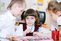 Concept d'éducation - instruisez les étudiants à la classe photo stock