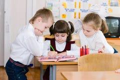 Concept d'éducation - instruisez les étudiants à la classe images stock