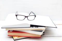 Concept d'éducation - livres et verres Image stock