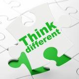 Concept d'éducation : Pensez différent sur le fond de puzzle Photographie stock
