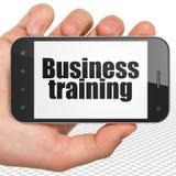 Concept d'éducation : Remettez tenir Smartphone avec la formation d'affaires sur l'affichage Photo libre de droits