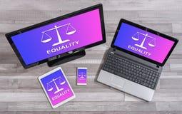 Concept d'égalité sur différents dispositifs images libres de droits