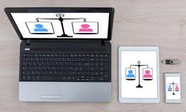 Concept d'égalité sur différents dispositifs image libre de droits