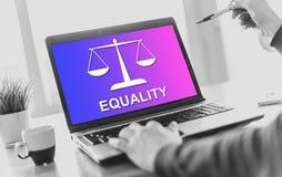 Concept d'égalité sur un écran d'ordinateur portable images stock