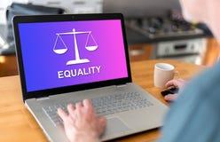 Concept d'égalité sur un ordinateur portable images libres de droits