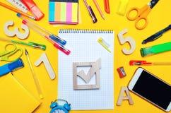 Concept d'élections d'école Accessoires de case à cocher et d'école d'élection sur un bureau sur un fond jaune Éducation papeteri Photographie stock