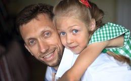 Concept d'élever des enfants - une petite fille l'étreignant aimée Images libres de droits