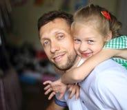 Concept d'élever des enfants - une petite fille l'étreignant aimée Photo libre de droits