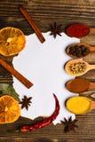 Concept d'épices et d'herbes de cuisine Cuillères avec des épices sur le fond en bois Épices, herbes de cuisine dans des cuillère Photographie stock