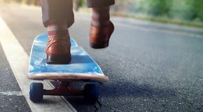 Concept d'équilibre de la vie de travail Basse section d'homme d'affaires Balancing photographie stock