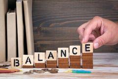 Concept d'équilibre Lettres en bois sur le fond de bureau, instructif et de communication image libre de droits