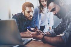 Concept d'équipe d'affaires au processus fonctionnant au bureau Se réunir de collègues Fond brouillé horizontal photographie stock libre de droits