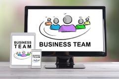 Concept d'équipe d'affaires sur différents dispositifs photo libre de droits