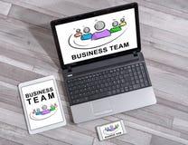 Concept d'équipe d'affaires sur différents dispositifs photographie stock libre de droits