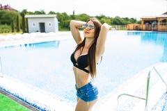 Concept d'été d'une jolie femme marchant près d'une piscine Jeunes adultes image stock