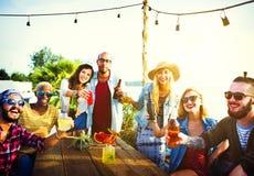 Concept d'été de bonheur d'amitié de dîner de partie de plage Photos libres de droits