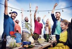 Concept d'été de bonheur d'amitié de dîner de partie de plage photographie stock