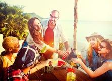 Concept d'été de bonheur d'amitié de dîner de partie de plage Images stock