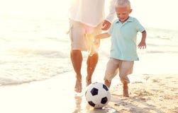 Concept d'été de plage de Son Playing Soccer de père photos libres de droits