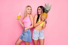 Concept d'été et de vacances Belles filles joyeuses minces vêtues Images libres de droits