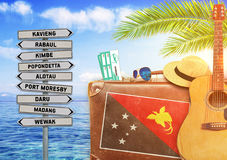 Concept d'été voyageant avec la vieilles valise et Papouasie-Nouvelle-Guinée Images stock