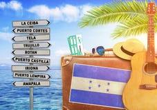 Concept d'été voyageant avec la vieilles valise et ville du Honduras images libres de droits