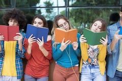 Concept d'étudiants d'amitié d'amis d'adolescents Photographie stock