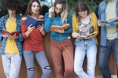 Concept d'étudiants d'amitié d'amis d'adolescents Images libres de droits