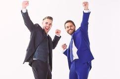 Concept d'accomplissement d'affaires Fête au bureau Célébrez l'affaire réussie Émotifs heureux d'hommes célèbrent l'affaire renta photos stock