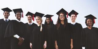 Concept d'accomplissement de succès d'obtention du diplôme d'étudiants photos stock