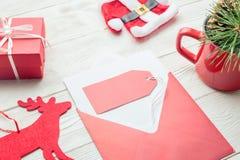 Concept d'achats de Noël Le prix à payer vide avec l'enveloppe avec Noël objecte sur la texture en bois blanche Image stock