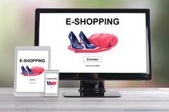 Concept d'achats en ligne sur différents dispositifs photos stock