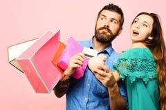 Concept d'achats et de loisirs Le couple dans l'amour tient des paniers photo libre de droits