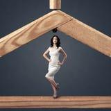 Concept d'achats. Femme et une bride de fixation en bois Image stock