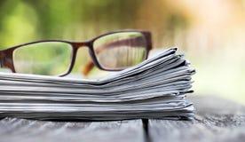 Concept d'actualités de matin - journal et lunettes images libres de droits